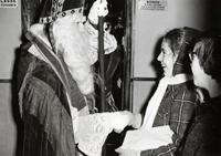 Sinterklaas geeft historische cadeaus